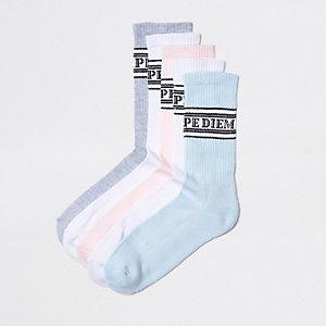 Roze sokken met pastelkleurige slogan