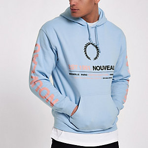 """Blauer Hoodie mit """"Nouveau""""-Print"""