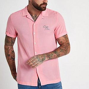 Roze overhemd met 'carpe diem'-borduursel