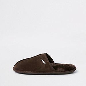 Chaussons marron foncé style mules