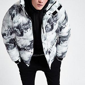 Grijs gewatteerd jack met sneeuwprint en opstaande kraag