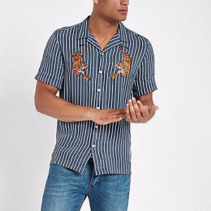 Blaues, gestreiftes Hemd mit Tiger-Stickerei