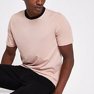 Roze slim-fit T-shirt met contrasterende biezen langs hals en mouwen