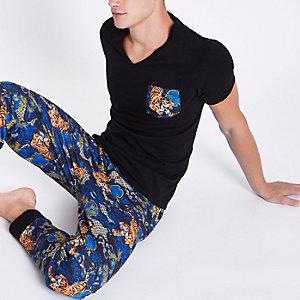 Zwarte aansluitende pyjamaset met tijgerprint