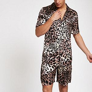 Bruine satijnen pyjamaset met luipaardprint