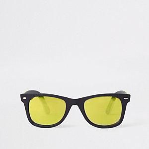 Lunettes de soleil rétro noires à verres jaunes effet miroir