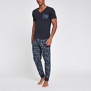 Marineblauwe aansluitende pyjamaset met paisleyprint