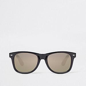 Zwarte met goudkleurige retro zonnebril met grijze glazen