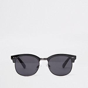 Zwarte retro zonnebril met zwarte glazen en half montuur