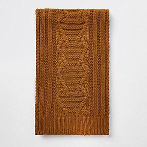 Gelber Schal mit Zopfstrickmuster