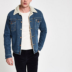 Wrangler – Blaue Jeansjacke mit Borgkragen