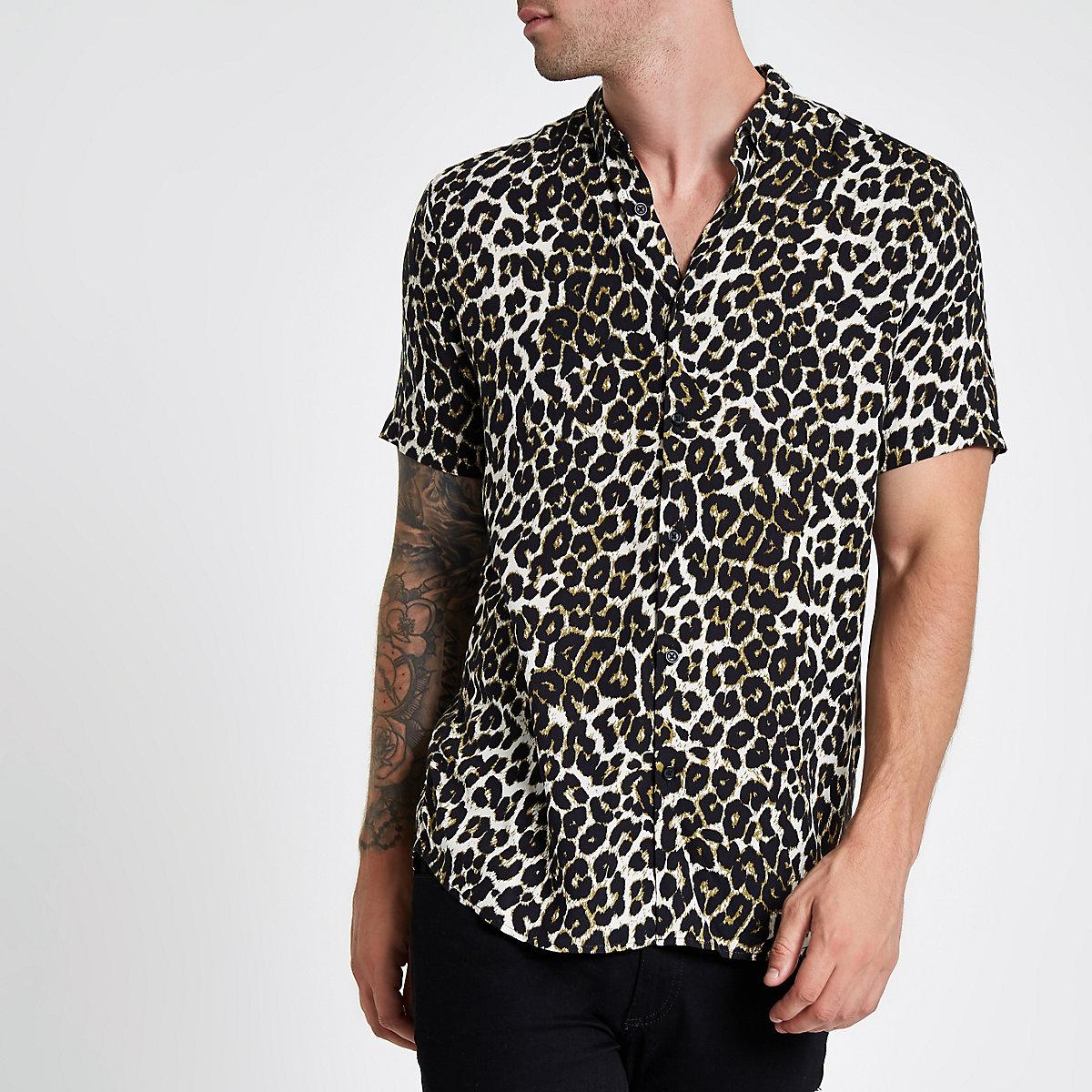 Chemise imprimé léopard grège à manches courtes et col à revers