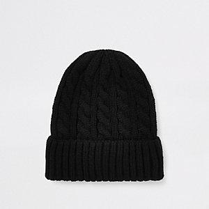 Schwarze Mütze mit Zopfstrickmuster