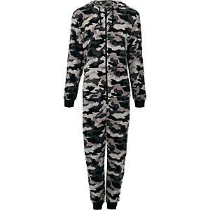 Grauer Fleece-Einteiler mit Camouflage-Muster und Kapuze