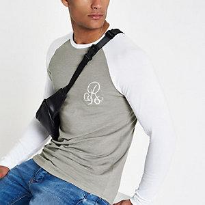 Steingraues, besticktes Muscle-T-Shirt mit Raglanärmeln
