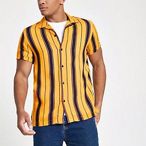 Chemise rayée jaune à col à revers et manches courtes