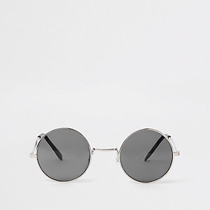 Silberne Sonnenbrille mit getönten Gläsern