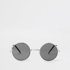 Zilverkleurige zonnebril met zwarte glazen