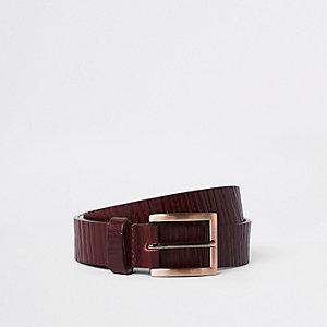 Donkerrode jeansriem met textuur