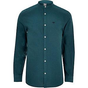Blauwgroen oxford overhemd zonder kraag met geborduurde wesp