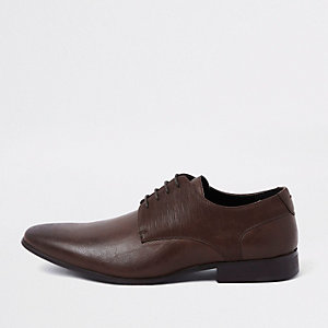 Chaussures Derby marron foncé lacées à ligne en relief