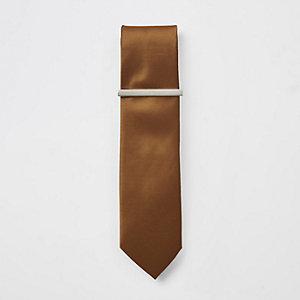 Braune, strukturierte Krawatte mit Krawattennadel