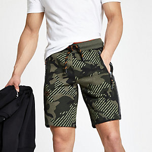 Superdry – Grüne Badeshorts mit Camouflage-Muster