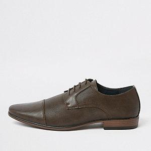 Donkerbruine schoenen met brede pasvorm en reliëf op de neus