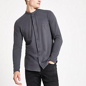 Donkergrijs aansluitend overhemd zonder kraag met R96-print