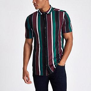 Chemise bordeaux à rayures verticales et fermeture boutonnée