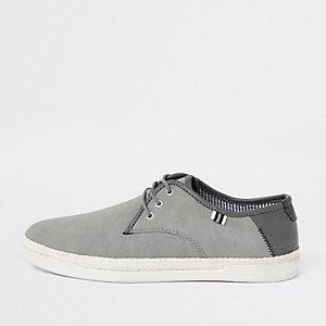 Tennis grises à lacets avec bordure façon espadrilles