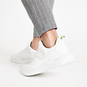 Weiße Sneaker mit grober Sohle