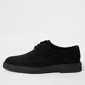 Schwarze, grobe Schuhe aus Wildleder