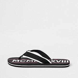 Schwarze, bedruckte Flip Flops