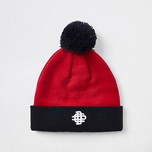 Bonnet rouge avec pompon contrastant