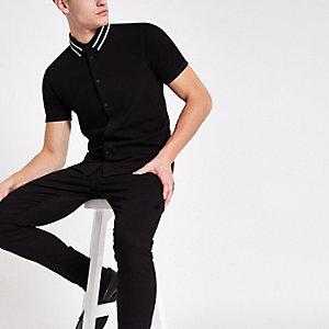 Chemise ajustée noire avec col à bande et fermeture boutonnée