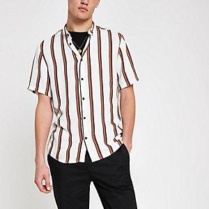 Wit overhemd met korte mouwen en strepen