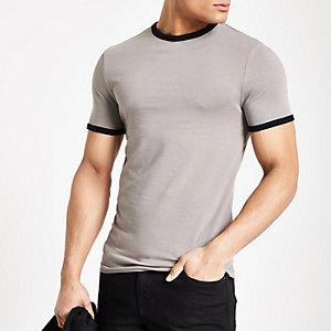 Kiezelkleurig aansluitend T-shirt met contrasterende biezen