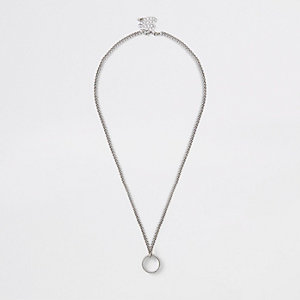 Collier argenté à gros maillons et anneau