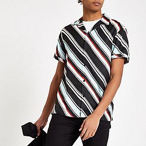 Hellblaues Kurzarmhemd mit diagonalen Streifen