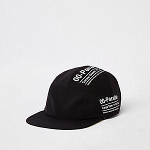 Schwarze Kappe mit fünf Bahnen