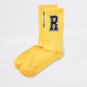 Gele sokken met 'R'-print en contrasterend randje