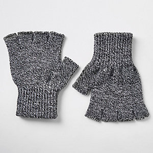 Grijze gebreide vingerloze handschoenen