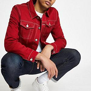 Rote Jeansjacke mit Kontrastnähten