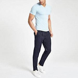 Lichtblauw aansluitend T-shirt met V-hals