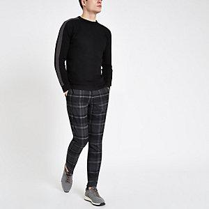 Zwarte slim-fit pullover met structuur en streep op de mouwen