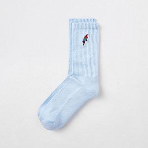 Blauwe sokken met geborduurde papegaaien
