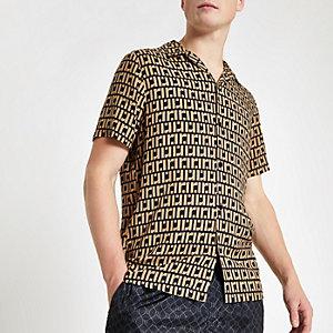 Chemise marron à manches courtes et monogramme RI