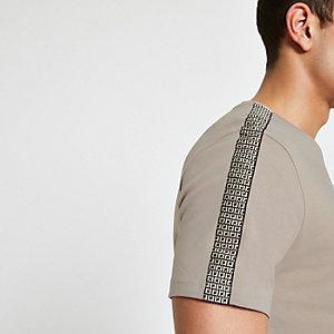 Kiezelkleurig slim-fit T-shirt met bies en RI-monogram
