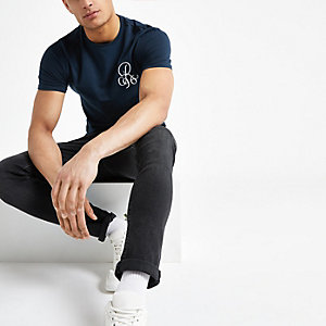 Marineblauw aansluitend geborduurd T-shirt met R96-print